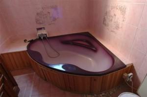 salle de bain baignoire dangle zen la baignoire d angle une grande pour les petites - Petite Salle De Bain Avec Baignoire Dangle