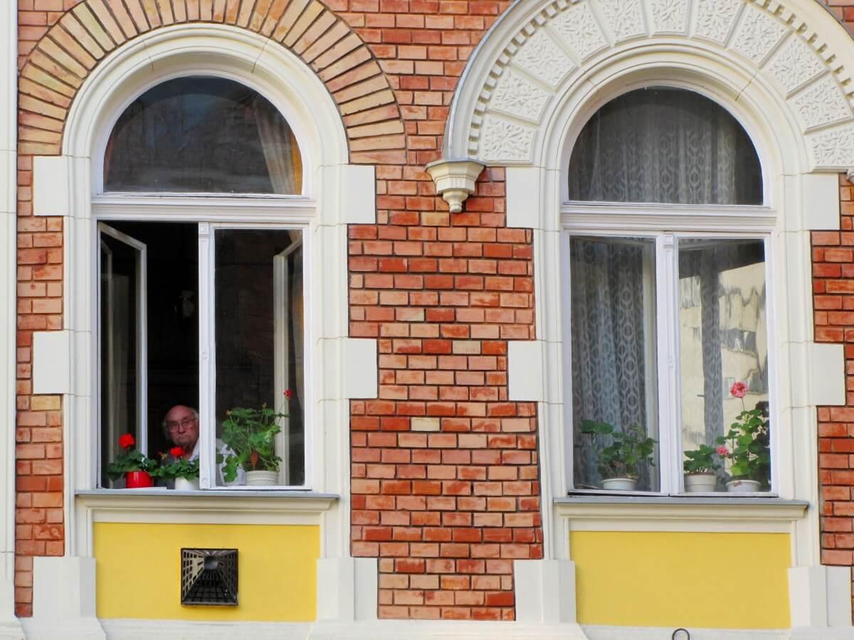 window_uncle_man_elderly_is_watching-1127863.jpg!d
