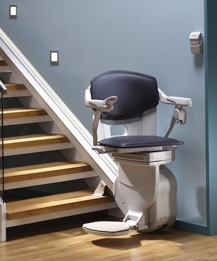 Mieux sécuriser les personnes âgées grâce au monte escalier
